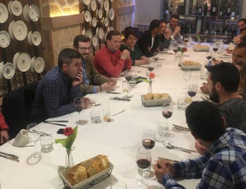 La alcaldesa de Segovia escucha las inquietudes de los jóvenes empresarios de Segovia